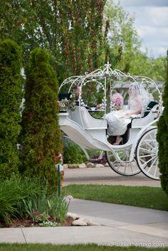 Um carruagem estilo Cinderela para um casamento estilo conto de fadas! #wedding #castle