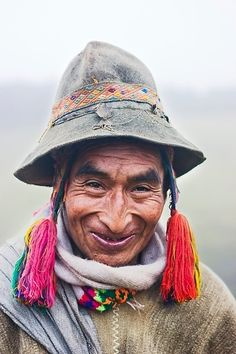 A Q'eros elder stands in the mist wearing traditional alpaca wool clothing and embroidery. The Q'eros, a traditional Quecha people living in the Peruvian Andes, are considered the last direct descendants of the Incas. Beautiful Smile, Beautiful World, Beautiful People, We Are The World, People Around The World, Just Smile, Smile Face, Photo Portrait, Portraits
