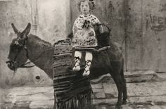 Carmen Conde vestida de huertana subida en el lomo de Polvorilla. 1913.