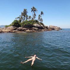 """Quem já conhece sabe que Angra dos Reis é um pedacinho do Paraíso aqui na Terra. Na foto de Lily Pestana você pode ver uma das Ilhas Botinas (chamadas também de """"Ilhas Irmãs"""" ou """"Ilhas Gêmeas""""), famosa pelas águas cristalinas ao redor. Que tal um descanso por lá?"""