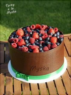 Čokoládová torta sa lesným ovocím. Kto by odolal?!:)