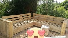 Here comes the best idea of couch set for your garden area! Yes we are talking about the exceptionally designed wood pallet garden couch for you. You can clearly view the simple designing of the garden couch that is settled on top of the garden deck. It can comprise around 5-6 seated arrangement.