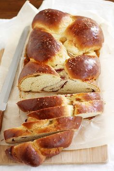 Fig Raspberry Sea Salt Challah 17 Mind-Blowing Challah Bread Recipes You Must Make This Holiday Season Pan Rapido, Challah Bread Recipes, Jewish Recipes, Bread Bun, Bread Rolls, Bread And Pastries, Galette, Sweet Bread, Artisan Bread