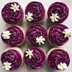 We love everything about these cupcakes! 😍 used a combination of violet and burgundy to make these gorgeous cupcakes! She used tip for the swirl and tip for the perfect floral touch on top! Cupcakes Lindos, Cupcakes Flores, Flower Cupcakes, Purple Cupcakes, Purple Desserts, Raspberry Cupcakes, Cupcake Bouquets, Fancy Cupcakes, White Cupcakes