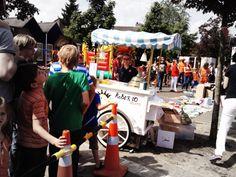 Bernadette deelt ijsjes uit op het koninginnefeest 2014  #ijskar #gelato