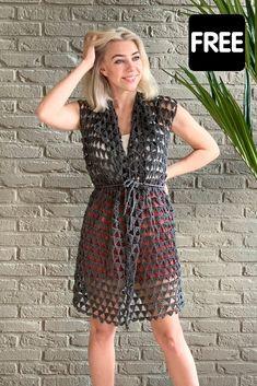 Dit enorm simpele vestje is ideaal voor beginners: je hoeft alleen maar vasten, stokjes en dubbele stokjes te haken. Het gratis haakpatroon vind je op wilmade.com inclusief video tutorial #haken #gratis #vest #zomer #haakpatroon Crochet Tank Tops, Crochet Shirt, Crochet Cardigan, Crochet Vests, Crochet Sweaters, Boho Crochet Patterns, Crochet Tunic Pattern, Crochet Designs, Crochet Stitches