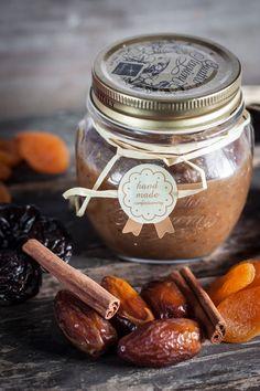 Confiture de Noël | Les jus et zestes d'une orange non traitée - le jus d'un citron - 1 étoile d'anis - 1 bâton de cannelle - 3 marrons glacés - 100 g de figues séchées - 50 g d'abricots secs - 25 g de dattes dénoyautées - 25 g de pruneaux dénoyautés - 25 g de raisins de Corinthe - 30 g de cerneaux de noix - 150 g de sucre semoule - 3 c. à soupe de crème de marrons - 3 pincées de quatre-épices - 300 g d'eau - 30 g de Cointreau ou Grand Marnier (facultatif) Chocolate Snacks, Thermomix Desserts, Chutney, Christmas Baking, Christmas Time, Confectionery, Sweet Recipes, Holiday Recipes, Food And Drink