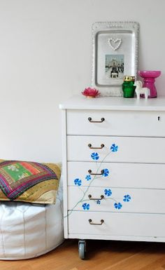 Maya: Elefanter kan fly med ballonger Dresser As Nightstand, Maya, Homes, Table, Furniture, Home Decor, Houses, Decoration Home, Room Decor