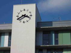 """Cadran Bodet de type """"squelette"""" installé sur la façade de l'Hôpital Sainte Marie à Clermont-Ferrand, Auvergne - France."""