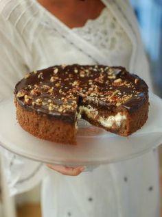 Helloooo! Tänkte jag skulle påminna er om den här gudingen och ni är säkert många som missat den bak i arkivet men detta är nog min aaaabsoluta favoritkaka. Den har allt!! Browniefude… Cookie Cake Pie, Cookie Desserts, No Bake Desserts, Cookie Recipes, Dessert Recipes, Grandma Cookies, Swedish Recipes, Bagan, Pie Dessert