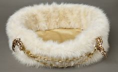 Donatella Bed by Lola Santoro – Our hand made bed in beige high quality fox faux fur with shiny golden ecologic leather bottom. Decorated with golden steel chain with animalier printed scarf elements. Our quality bed is manufactured in Poland. All decorative elements are safe for every pet and easily removable for washing and cleaning.