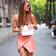 Silvia de @bartabacmode escogió nuestra falda Adora en cuero, de color salmón, para visitar su ciudad favorita, Paris.
