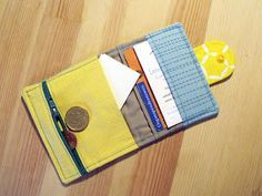 Vor ein paar Tagen habe ich mir endlich mal ein kleines Portemonnaie selbst genäht. Unterwegs muss ich nicht immer diverse Karten und Schnic...