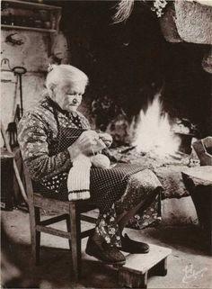 Old lady knitting by the fireplace. Baba Yaga, Vintage Pictures, Vintage Images, Vintage Knitting, Vintage Sewing, Knitting Projects, Knitting Patterns, Knitting Club, Knit Art