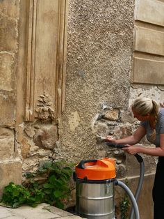 Denise, who participated in the restoration workshop, preparing the front facade for reconstructive plasterwork.