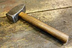 Dieser 2 kg Handhammer ist ein Erbstück eines alten Schmiedes. Er ist mein absoluter Lieblingshammer und ist aus einer königlich preussischen Eisenbahnschiene geschmiedet und hat bereits den ersten Weltkrieg mitgemacht. Leider war ein neuer Hickorystiel nötig.