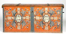 Kiste med svakt buet lokk. Rosemalt lokk og front. Innvendig malt dekor i lokk og langs sidenr og på leddik. Angivelig malt av Lars Aslaksen Maler.