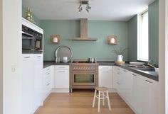 My green kitchen wall Green Kitchen Walls, Kitchen Colors, New Kitchen, Küchen Design, House Design, Design Girl, Kitchen Interior, Kitchen Decor, Home And Living