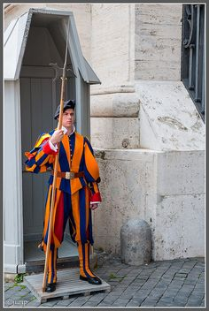 I want me some Swiss guard! Military Guard, Military Looks, Vatican City Rome, Visit Rome, Santa Sede, Swiss Guard, Soldier Costume, Sistine Chapel, Armada