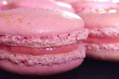 Strawberry Macarons with strawberry white chocolate ganache Strawberry Macarons Recipe, Macaroon Recipes, Desserts With Biscuits, Köstliche Desserts, French Desserts, Italian Pastries, French Pastries, Ganache Macaron, Paris Food