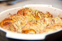 Den kunne godt blive din livret. Sprøde kartofler i fad med krydderurter er virkelig lækkert tilbehør, der samtidig er meget dekorativ. Foto: Guffeliguf.dk.