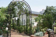 Loose Life Style #garden  【イングリッシュ・ガーデン】  イングリッシュ・ガーデンとは…。 西洋風の庭園の様式のひとつ。狭義では、平面幾何学式庭園(フランス式庭園)に対して自然の景観美を追求した、広大な苑池から構成されるイギリス風景式庭園を指す。この意味のほかに、19世紀のイギリスで認識されるようになったコテージガーデンなどの園芸様式を含めて用いることもあり、現代日本において家庭園芸(ガーデニング)用語として使われる「イングリッシュ・ガーデン」は、この流れを汲む。le