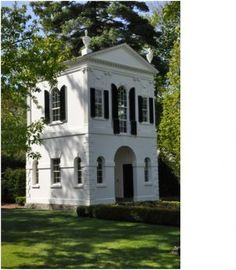 I love this chic, cute little house. Classical revival style garden folly in Lake Forest, Illinois c. replica of the Derby Summer House, 1793 by architect Samuel McIntire. Beautiful Buildings, Beautiful Homes, Beautiful Places, Beautiful Life, Lake Forest Illinois, Casas Club, Summer House Garden, Garden Cottage, Little Houses