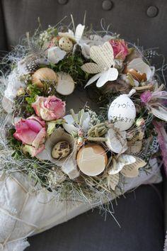 Eine wunderschön natürlicher Osterkranz mit echten Eierschalen, in denen sich teilweise Wachteleierter tummeln....Rosen begleiten .... Traumhaft filigran.... Kann als Tischkranz, gerne mit...