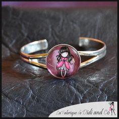 Fillette gorjus dans les tons roses/violets monté sur bracelet métal blanc/argenté