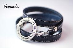 Vernada Design -kieputettava nahkakäsikoru, UNELMOI. USKO. TAISTELE. USKALLA., sininen, tikattu  #Vernada #jewelry #koru #nahkaranneke #nahkakoru #rannekoru #bracelet #kieputettava #wraparound #leather #suomestakäsin #käsityökortteli #finnishdesign #finnishfashion
