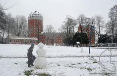 Breda WINTERPLAATJES 2014 (Sneeuwpoppen maken in het Valkenberg Park vlakbij het T-Huis. Op de achtergond appartementencomplex 'De Poort van Breda').