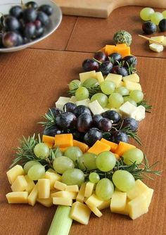 Christmas Tree Cheese Board - Looking for a fun and simple appetizer idea for the holiday season? Make this Christmas tree from different flavored cheese cubes and grapes. Christmas Party Food, Christmas Brunch, Xmas Food, Christmas Appetizers, Christmas Cooking, Christmas Cheese, Christmas Tree, Christmas Deserts, Christmas Ideas