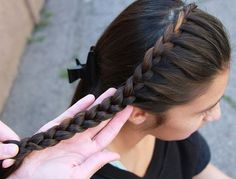 How To French Braid Hair | | How to braid hair, braided hairstyles, and braids styles at Makeup Tutorials. #makeuptutorials | makeuptutorials.com