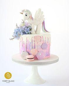 Rainbow unicorn cake . . . #foretblanc #unicorn #unicorncake #buttercream…