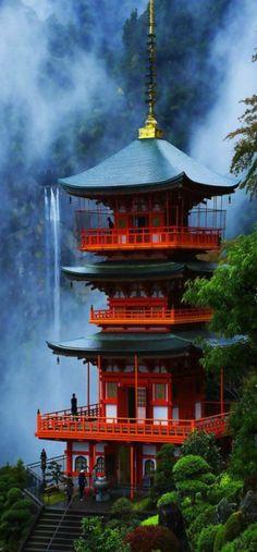 grande maison japonaise avec cascade
