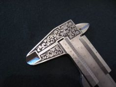 Metal Engraving Tools, Engraving Art, Metal Projects, Metal Crafts, Gravure Metal, Jewelry Art, Jewelry Design, Picture Engraving, Welding And Fabrication