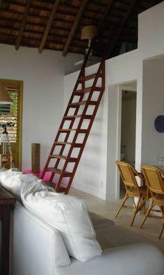 Projetada por Maurício Nóbrega, esta casa em Angra, que preza pelo uso de materiais naturais, tem uma escada de madeira maciça (cumaru) que, além de dar acesso ao mezanino, acabou virando um elemento de decoração Divulgação