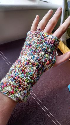Crochet Hand Warmers, Crochet Mitts, Crochet Mittens Pattern, Fingerless Gloves Crochet Pattern, Fingerless Mitts, Knit Or Crochet, Crochet Crafts, Knitting Patterns, Crochet Patterns