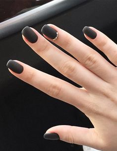 Matte black nails are quite trendy right now. Why women tend to polish matte black nails? Well, it's because women like a gorgeous and universal manicure. Black always gives the impression of a mature and stable personality. Matte Black Nails, Matte Nail Polish, Acrylic Nails, Matte Red, Coffin Nails, Black Manicure, White Polish, Marble Nails, Acrylic Art