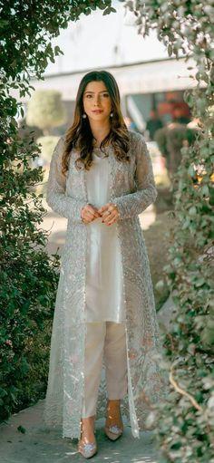 Asian Wedding Dress Pakistani, Desi Wedding Dresses, Simple Pakistani Dresses, Pakistani Fashion Casual, Pakistani Dress Design, Indian Fashion, Shadi Dresses, Afghan Clothes, Semi Formal Dresses