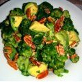 Fresca y crujiente ensalada de brocoli con aguacate y nuez en un aderezo de limon, tienes que probarla!