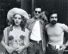 Jodie Foster Robert De Niro e Martin Scorsese set d Taxi Driver 1976 Jodie Foster, Martin Scorsese, Ray Liotta, The Fosters, Leonardo Dicaprio, Taxi Driver 1976, Movie Stars, Movie Tv, Chauffeur De Taxi