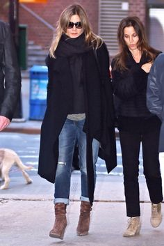 winter outfits vrouw Jennifer Aniston Ripped Jeans - Underneath her coat, Jennifer Aniston wore ripped blue jeans by Casual Winter Outfits, Classy Outfits, Stylish Outfits, Fall Outfits, Cute Outfits, Fashion Outfits, Fashion Fashion, Beautiful Outfits, Jennifer Aniston Style