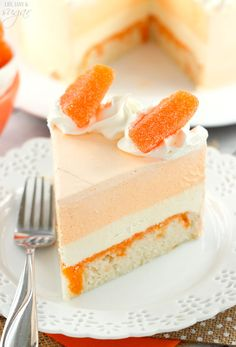 Orange Creamsicle Ice Cream Cake - vanilla cake soaked with orange flavoring, with layers of vanilla and orange creamsicle ice cream! Such a fun twist on the classic popsicle! Cake for lady Ice Cream Desserts, Köstliche Desserts, Frozen Desserts, Delicious Desserts, Impressive Desserts, Frozen Treats, Yummy Food, Food Cakes, Cupcake Cakes