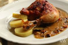 Na přípravu budete potřebovat: 1 naporcované kuře nebo 4 stehna ( jak kdo rád ) 150g slaniny 2 cibule 4 bobkové listy 8 kuliček n... Pork, Food And Drink, Meat, Chicken, Cooking, Kale Stir Fry, Pork Chops, Cubs