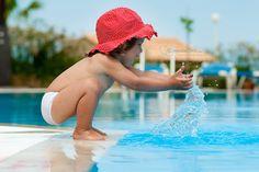 """¡Cuidado con las piscinas y la playa! En verano, el ahogamiento llega a suponer el 8% de las causas de mortalidad infantil. Para evitarlo, la Asociación Española de Pediatría de Atención Primaria recomienda la """"supervisión activa y permanente"""" de los menores cuando estén en el agua, aunque sepan nadar."""