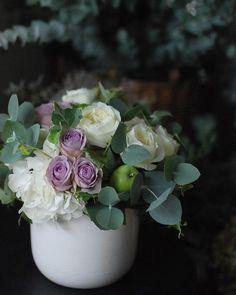 Pluie, pluie, pluie... . 雨続きの毎日。 あまりに雨ばかりだから朝起きてもカーテンあけなくていいかなと思ったり…。せっかく買った秋色チョコブラウンなチュウさんのパンプスも出番なし(ノ_・、) . フラワーアレンジメントも雨仕様な色合いです。 . . #fleur #fleuriste #flowers #flowerstagram #flowerlovers #floweroftheday #flowerarrangement #flowerlesson #FLORETTA #フラワーアレンジメント #花のある暮らし