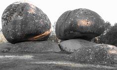 Dos piedras enormes de granito que parecen estar a punto de caer rodando...  Foto realizada por Zaira López López.