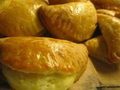 Τούρτες λένε οι Συμιακοί τις τυρόπιτες που φτιάχνουν. Τυρόπιτες με εύκολη ζύμη που μοιάζει με ζύμη κουρού και τυρένια γέμιση με μπόλικο δυ...
