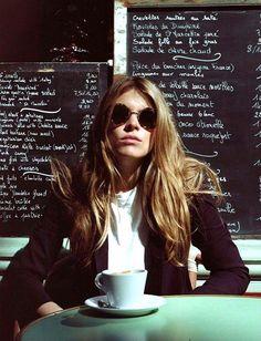 Entre dégaine seventies et maxi chocolat chaud, cette jeune femme a tout bon ! (photo Monica Ainley)